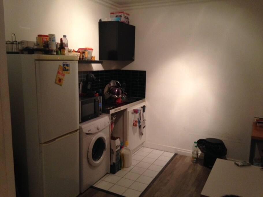 Coin cuisine toute équipée (réfrigérateur, machine à laver, micro-ondes, four, machine à café, plaques de cuisson, rangements)