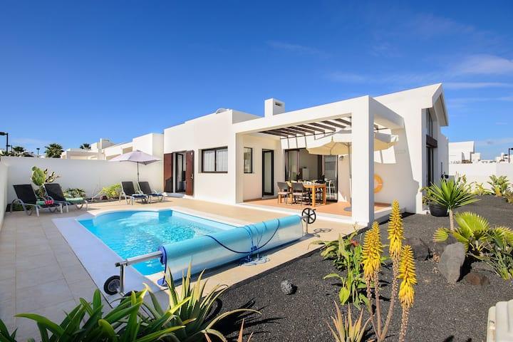 hochmodernes Ferienhaus mit Bergblick, einem Pool, einer Terrasse und WLAN