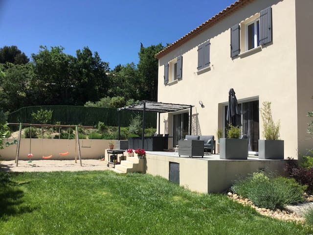 Family house with private pool avec great view, near to Avignon, 8 sleeps