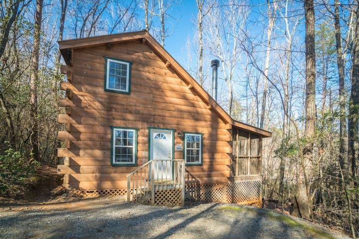 A Winter Garden- NOT PET FRIENDLY- Romantic and Upscale Couples Cabin only minutes from down town Helen!