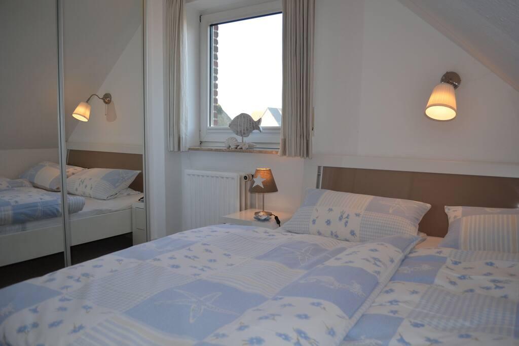 Schlafzimmer mit 1,60 m breiten Bett