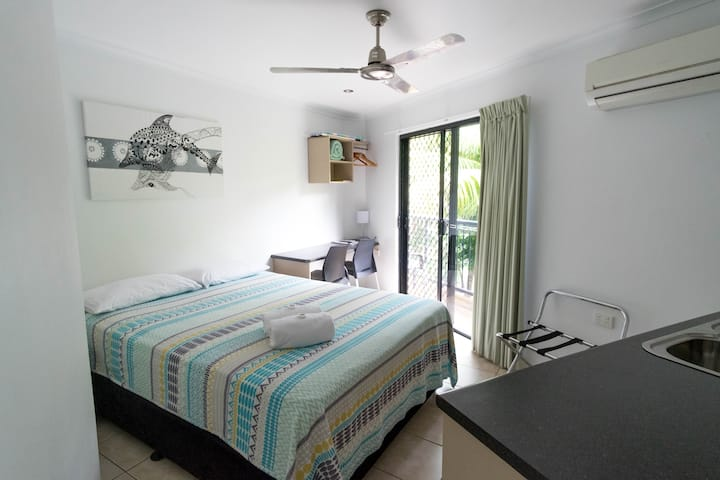 Clean & Comfortable, Ocean Views, Airlie Beach