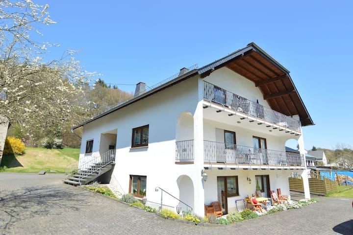Wohnung im Obergeschoss mit sonniger Terrasse und wunderschöner Aussicht