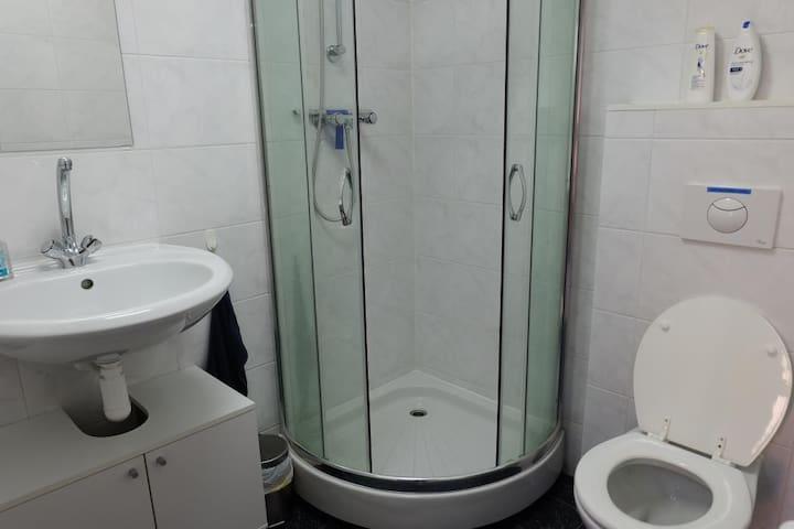 Douche, wastafel en toilet
