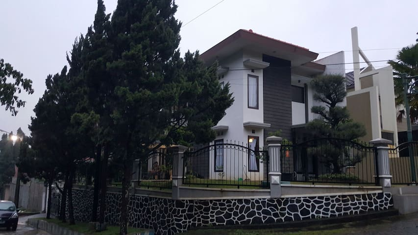 Cozy 2BD, 2fl, for family - Malang - Rumah