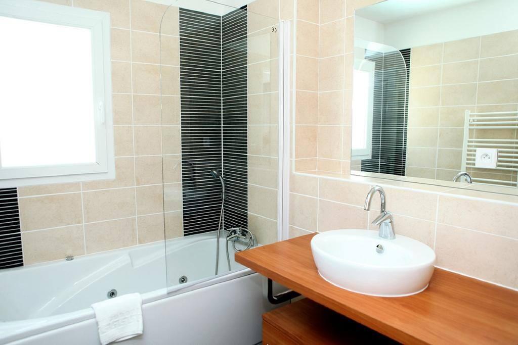 salle de bain avec baignoire balneo