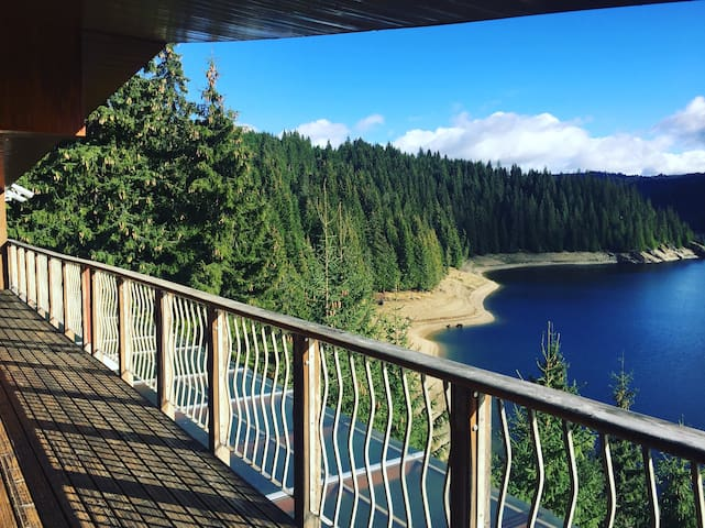 Cozy modern vacation chalet overlooking Belis Lake