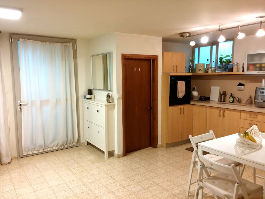 fully equiped kitchen with dining area