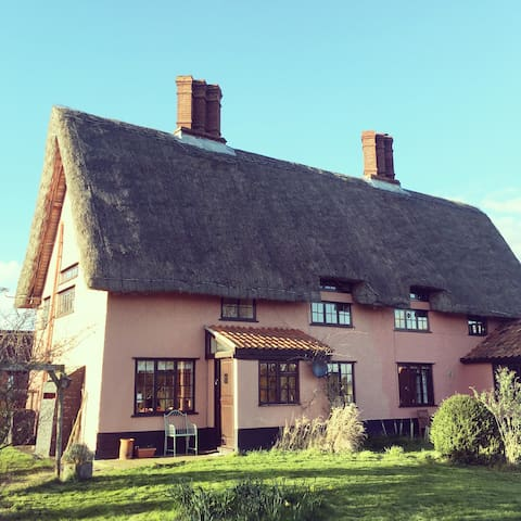 Classic pink Suffolk thatch cottage - Denham