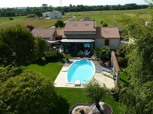 Chambre dans maison  campagne avec piscine