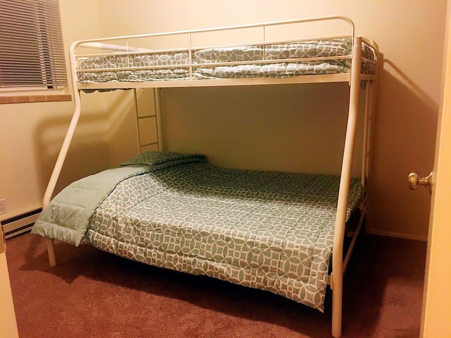 这是一个上下铺的床,都有全新的床垫和床上用品。上铺是twinsize,下铺是fullsize。