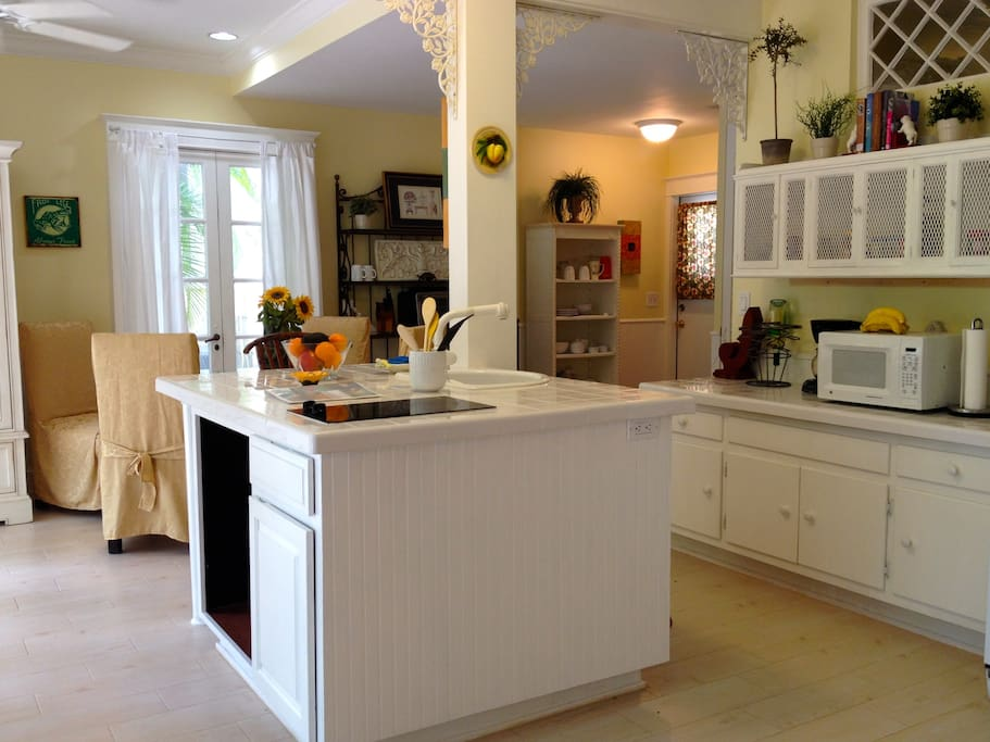 Live Oak Cottage kitchen and dining area