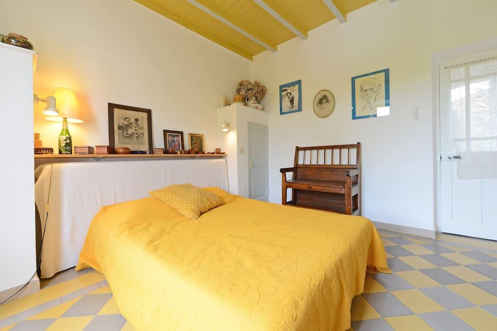 Chambre spacieuse jaune et grise