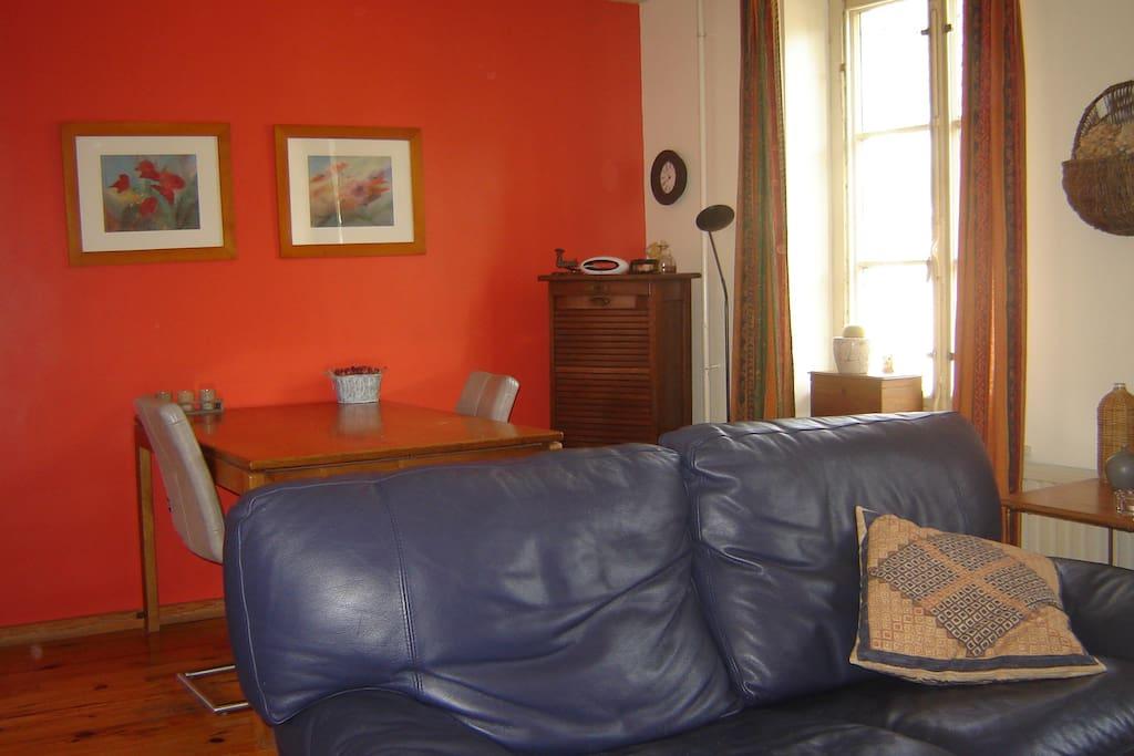 Eetgedeelte in dit frisse en zonnige appartement vanwege grote lichtinval