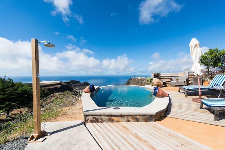 Acceso a la piscina y zona de relax, presidido por el Atlántico.