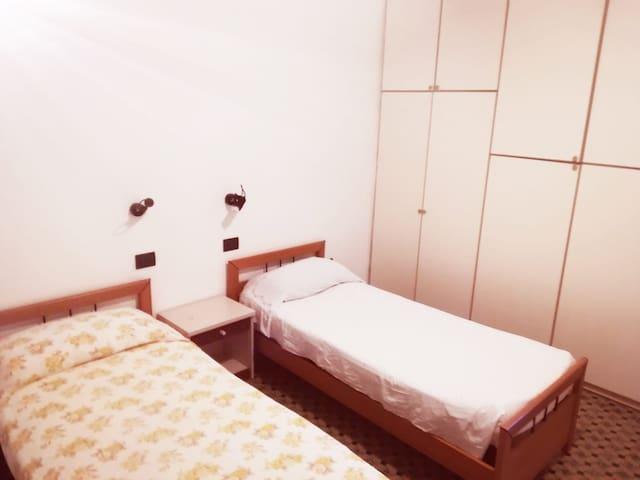 Seconda camera da letto con bagno adiacente/ Second bedroom with adjoining bathroom.