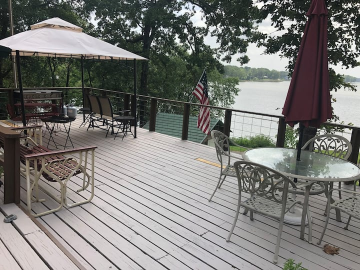 Lake Getaway with enormous deck & amazing sunsets!
