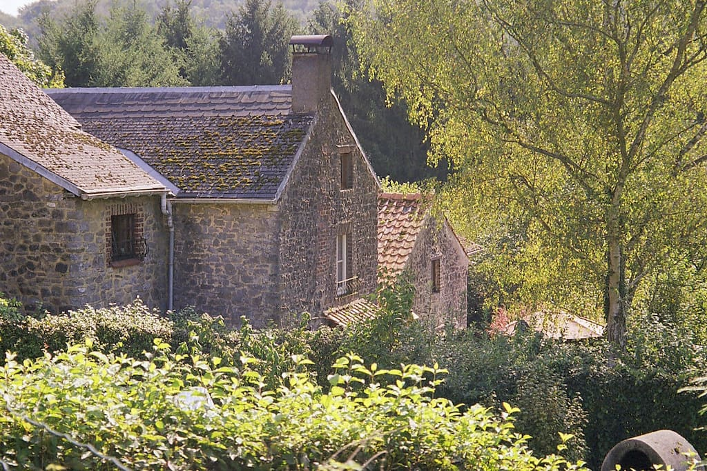 Een foto van de achterkant van de huizen, verscholen in het groen