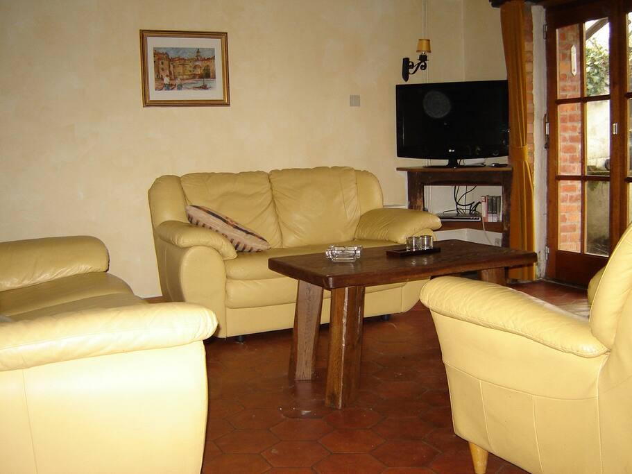 Er zijn dus ook zes zitplaatsen in de ruime huiskamer met open haard en flatscreen TV