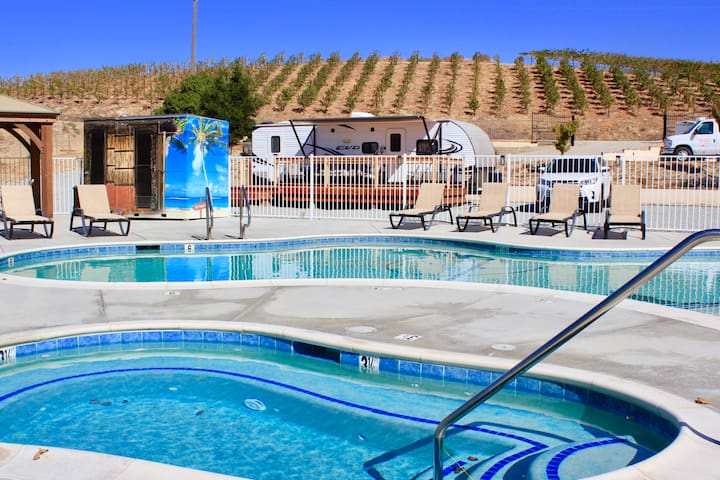 Fun RV stay in vineyard. Walk to Wineries and Spa