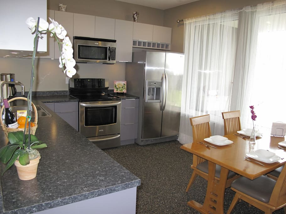 Fully equipped kitchen with 4 SS appliances