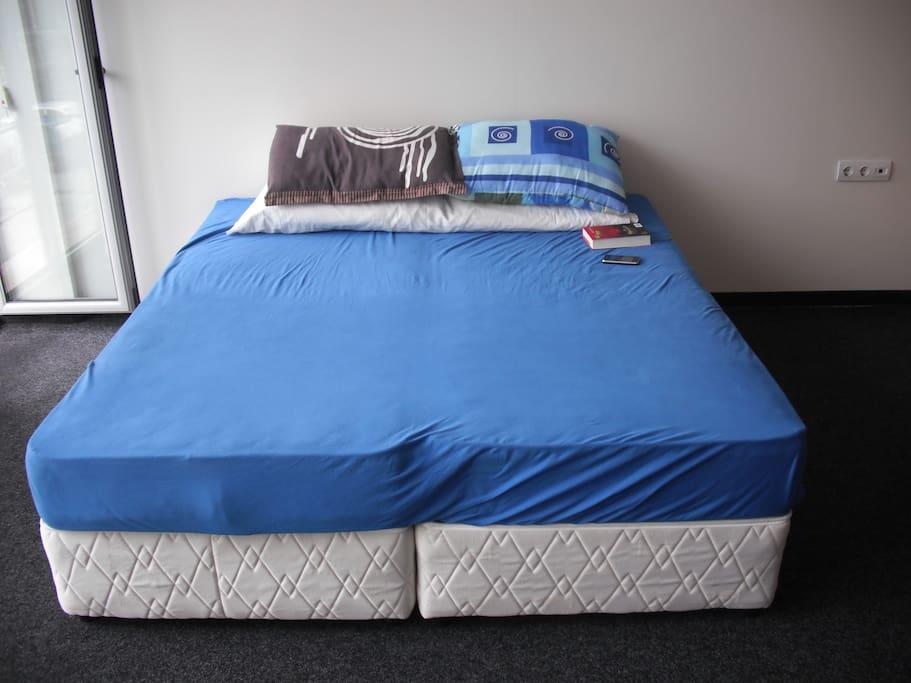 Две односпальные кровати сдвинуты вместе+еще одна напротив