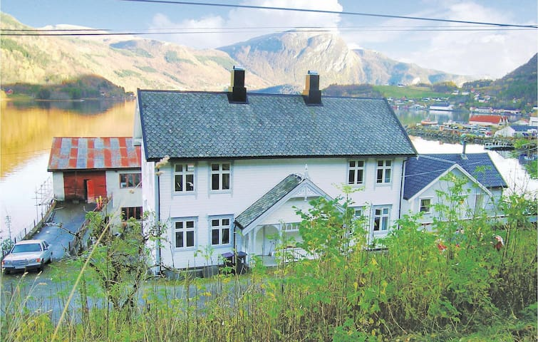 Holiday cottage with 3 bedrooms on 100m² in Valsøyfjord