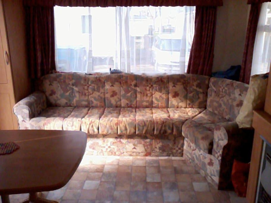 c'est un canapé  mais aussi un clic clac servant de lit pour deux personnes
