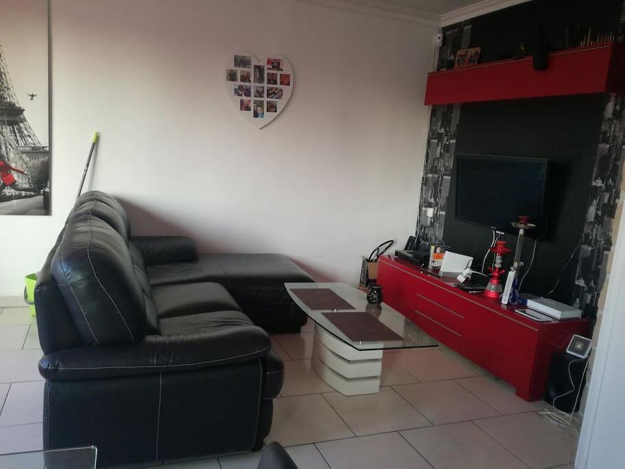 salon avec home cinéma et grande télévision