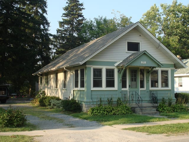 ADORABLE CRYSTAL BEACH COTTAGE/HOME - Fort Erie - Cabin