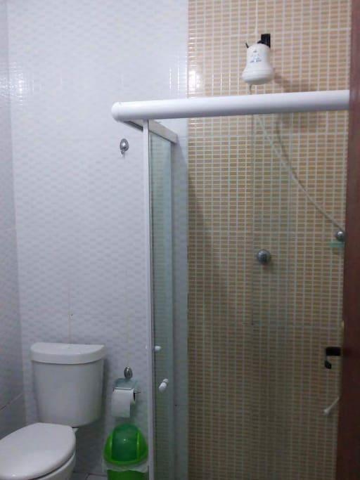 Banheiro com chuveiro de água quente.