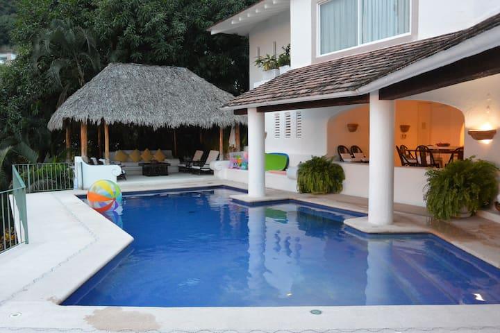 Luxury 5bed/6bath villa w/bay view!