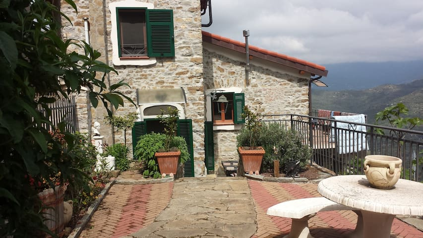 Cosy house, garden & panoramic view - Perinaldo
