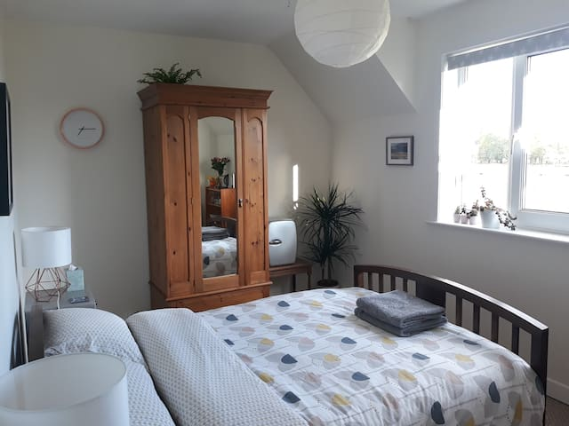 Bright and airy double room in Connel