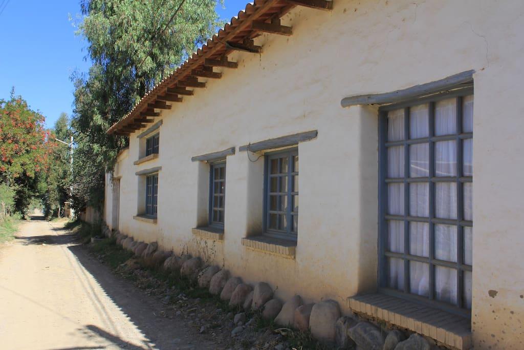 En un ambiente tranquilo que te permite sentir, oler el campo. Calle de ingreso y vista de la casa principal. El bungalow se encuentra en el jardín posterior.