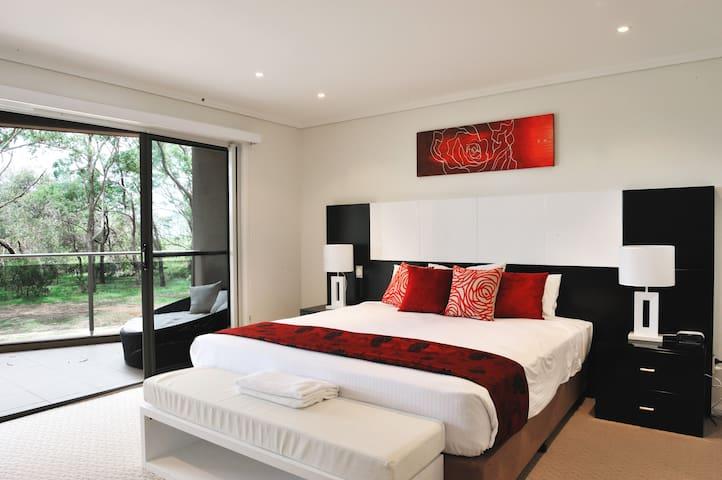 Luxury 4 bedroom Apartment - Korora - Byt