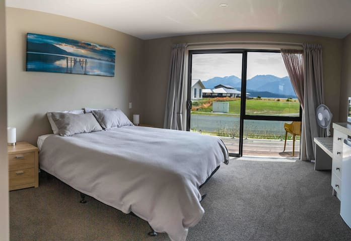 (2) MODERN STUDIO LAKE & MOUNTAIN VIEWS TE ANAU