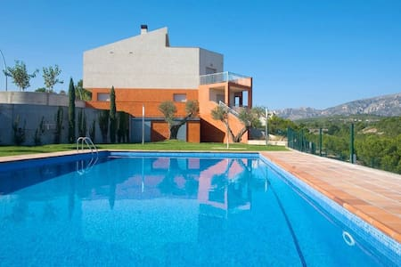 "New house located 100m from the beautiful sandy beach called ""L'Almadrava"" with private ga - Casa"