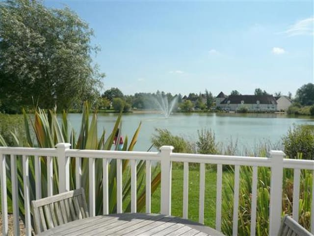 Lake side location on gated estate - South Cerney - House