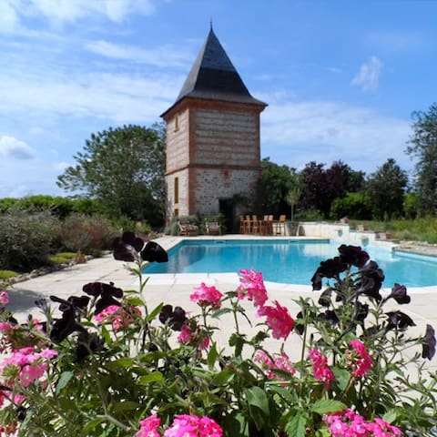 Stay in a small chateau - Salles-sur-Garonne - Bed & Breakfast