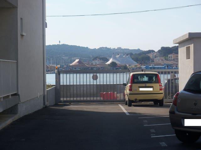 Votre place de parking numérotée (voiture jaune).Portail avec badge magnétique.
