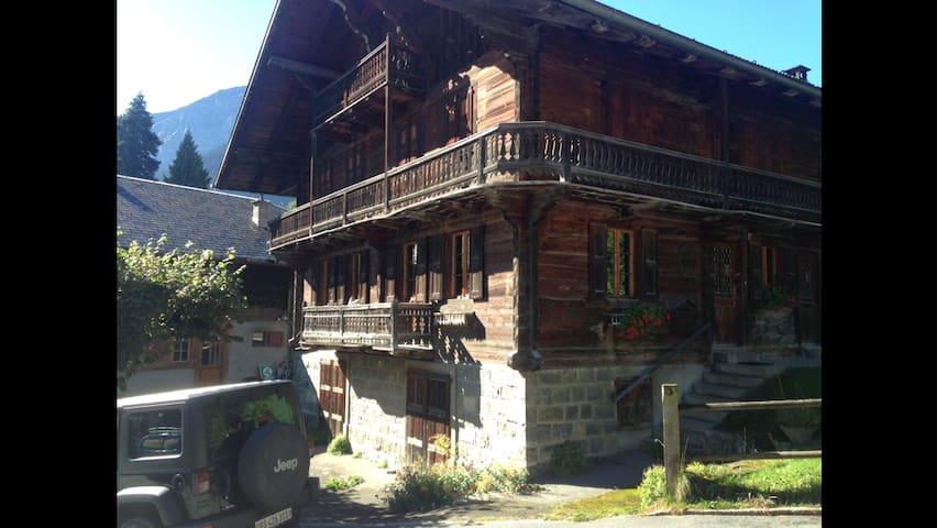 Demi-chalet au centre du village de Champéry - Champéry - 牧人小屋