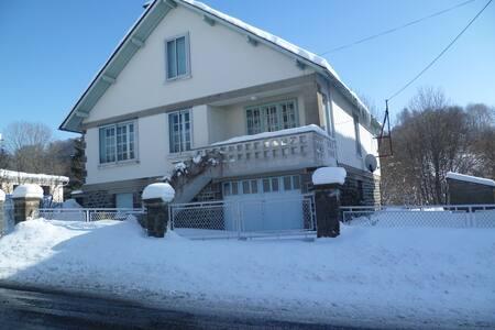 Grande maison centre du village 1000 m d'altitude.