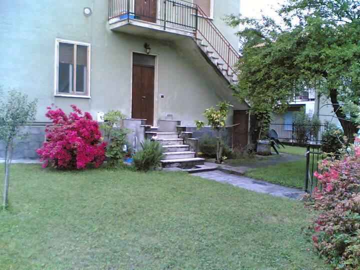 Villetta con giardino sul lago.