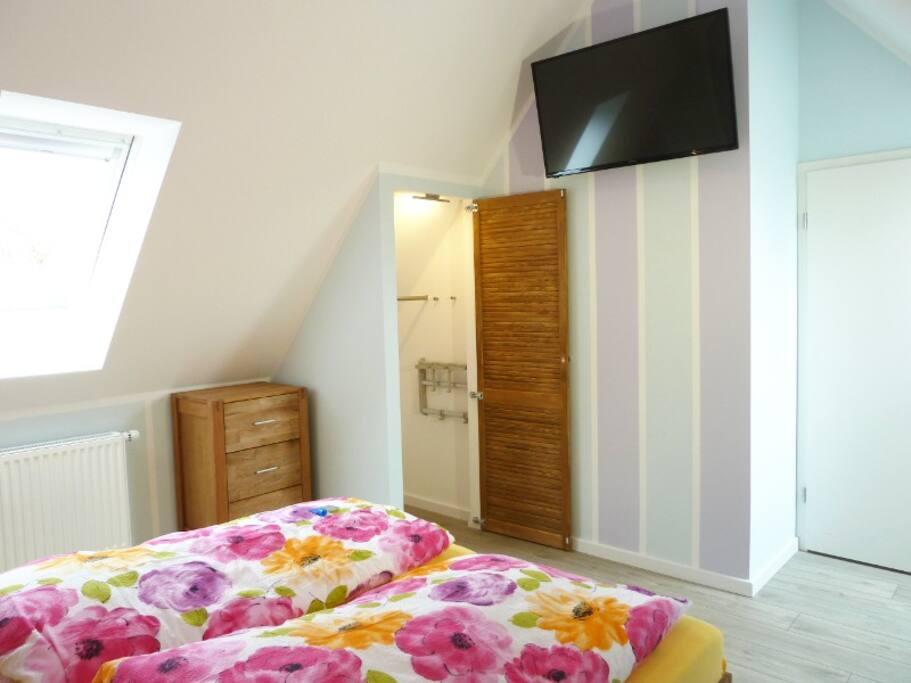 1. Schlafzimmer mit Doppelbett, Einbauschrank und TV