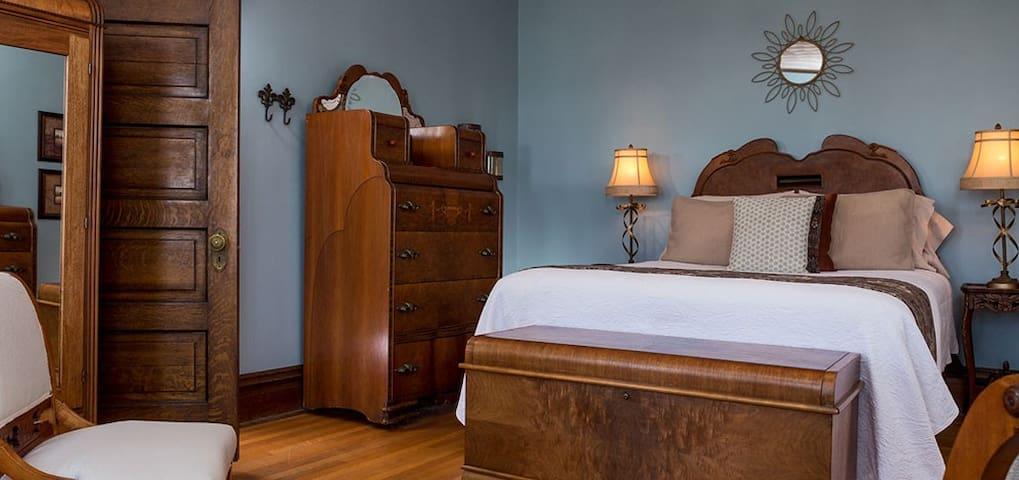 Romantic Room in Allegan, MI B&B :: Royalty Suite