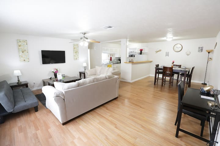 ⭐️ ⭐️Work or Travel Montrose Condo w/ Queen 2 Beds ⭐️