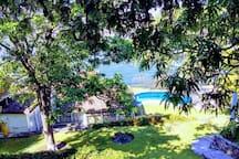Foto de la casa vista desde el garage privado de la propiedad