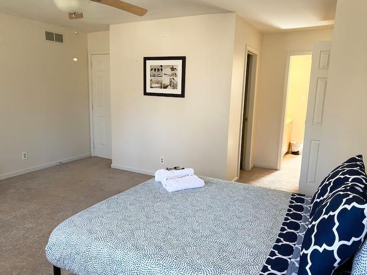 Master suite w/private bathroom