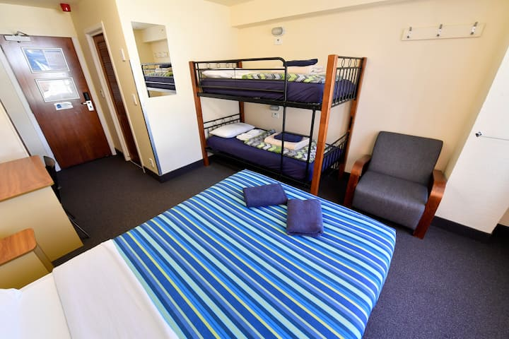 Double + Bunks Ensuite - YHA Wellington